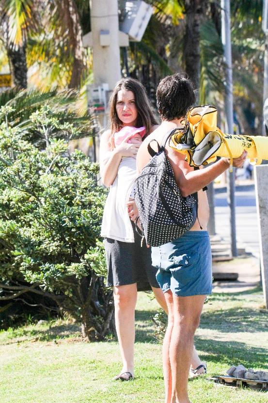 Nathalia Dill leva a filha pela primeira vez à praia
