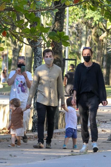 Viúvo de Paulo Gustavo, Thales Bretas passeia com filhos no Rio de Janeiro