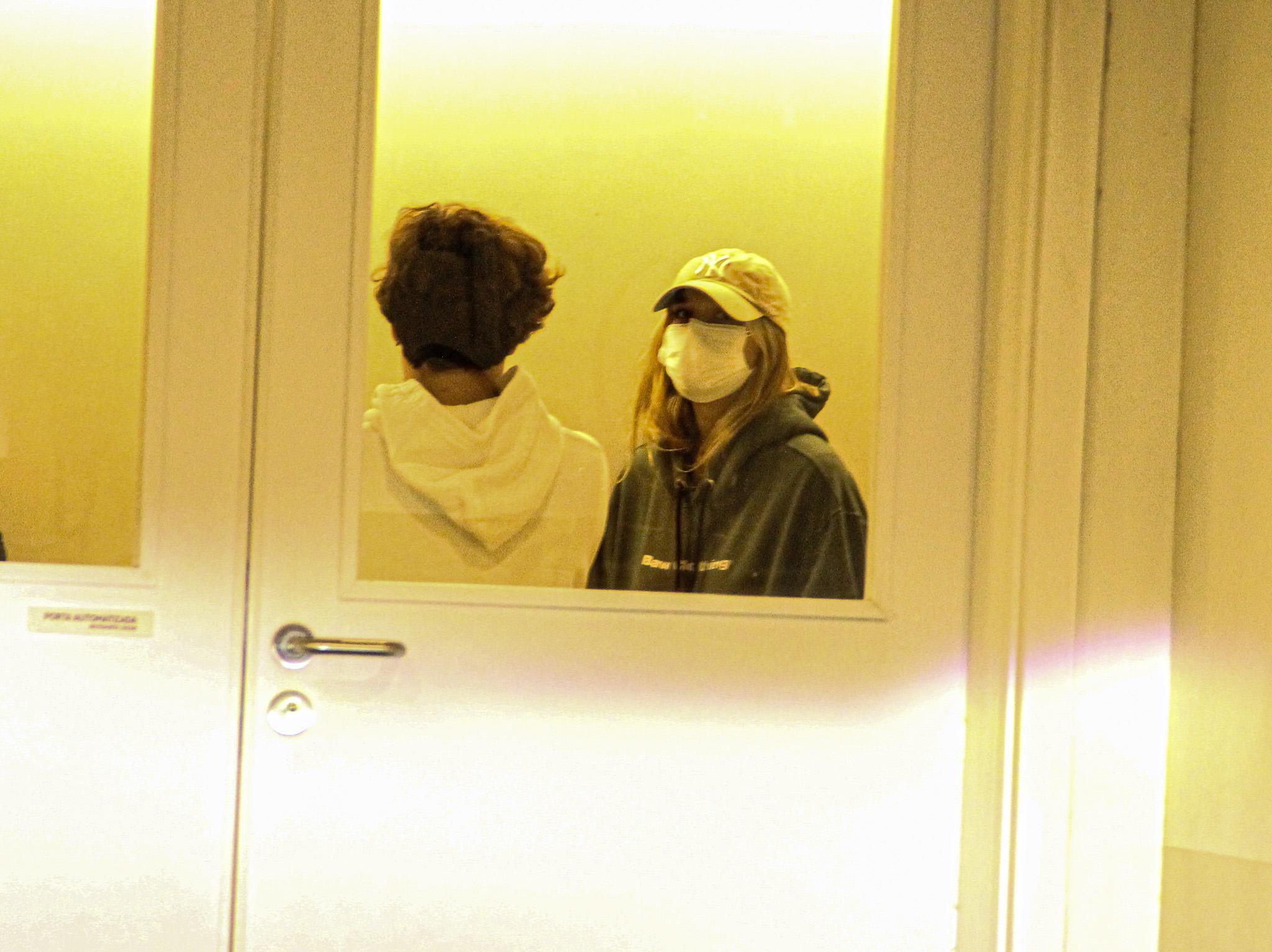 Sasha, acompanhada do marido, visita o pai, Luciano Szafir no hospital
