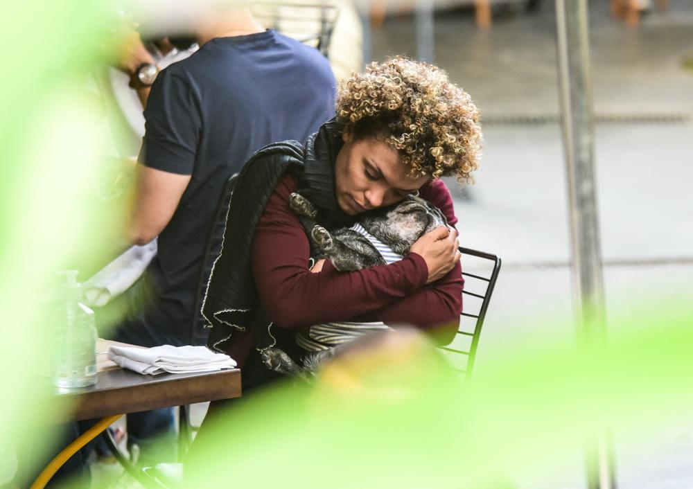 Lidi Lisboa enche seu cachorro de beijos durante almoço