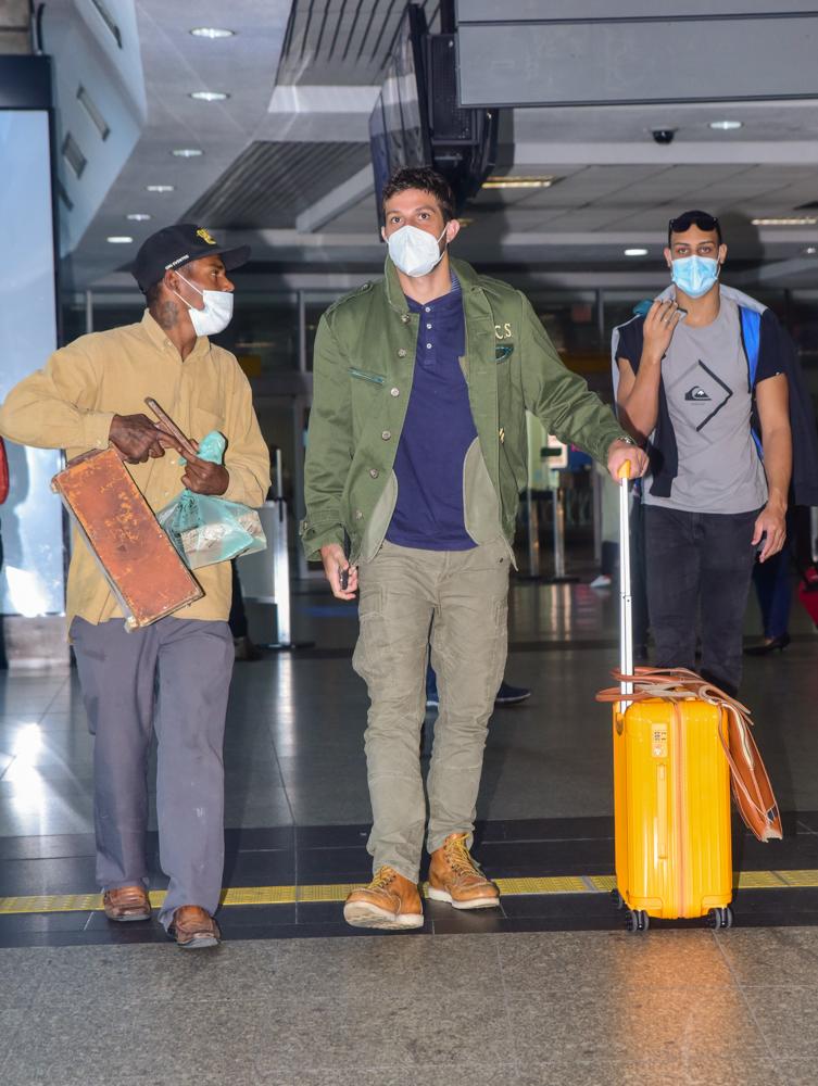 Chay Suede faz boa ação para engraxate em aeroporto