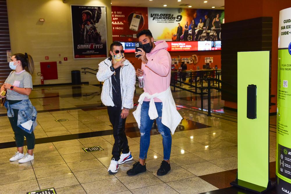 Viegas e Elana chegam juntos para sessão de cinema