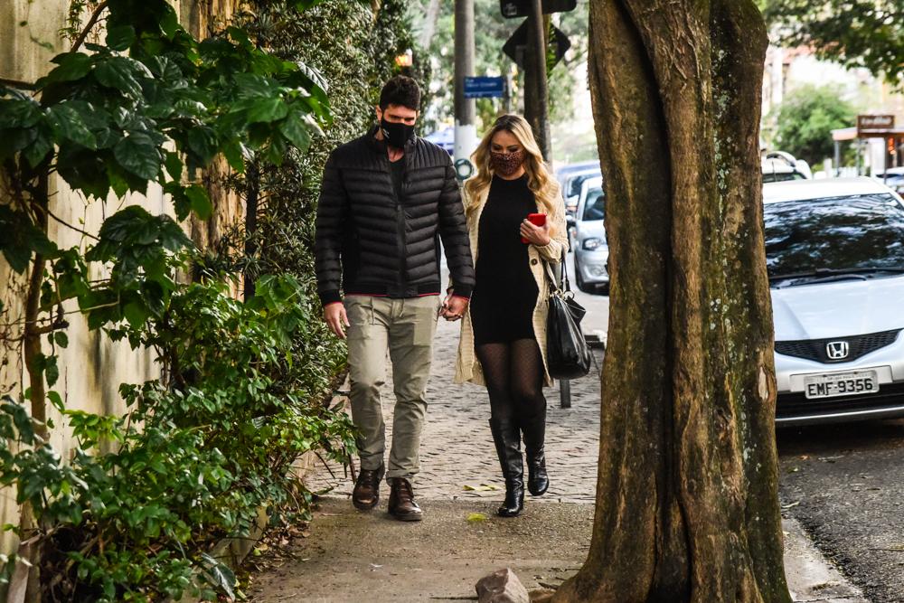 Ellen Rocche é flagrada com o namorado pelas ruas de São Paulo