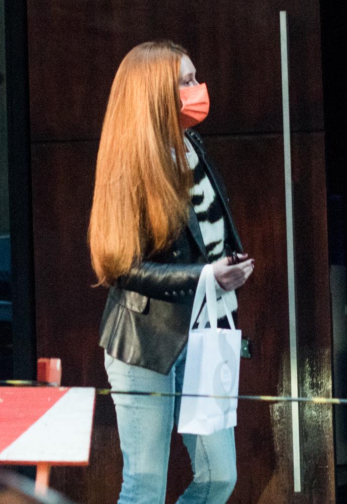 Marina Ruy Barbosa deixa salão de beleza com madeixas impecáveis