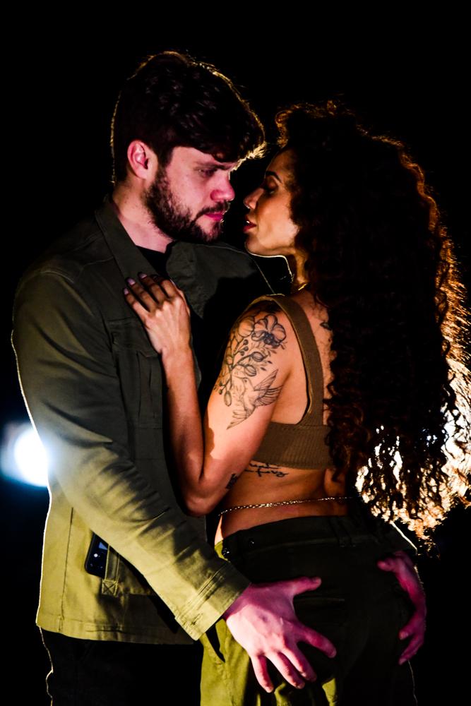 Vencedora do No Limite, Paula Amorim, protagoniza ensaio ao lado do noivo