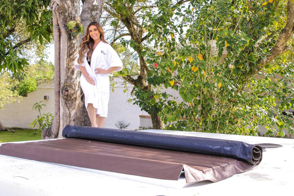Nicole Bahls inaugura banheira que era do BBB 21 em sua casa
