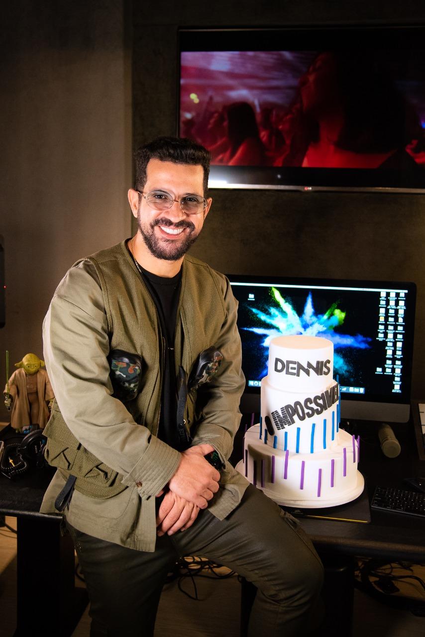 Dennis DJ recebe surpresa inusitada em seu aniversário