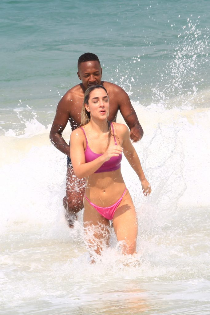 Reconciliação? Mumuzinho e Thainá curtem dia na praia juntinhos