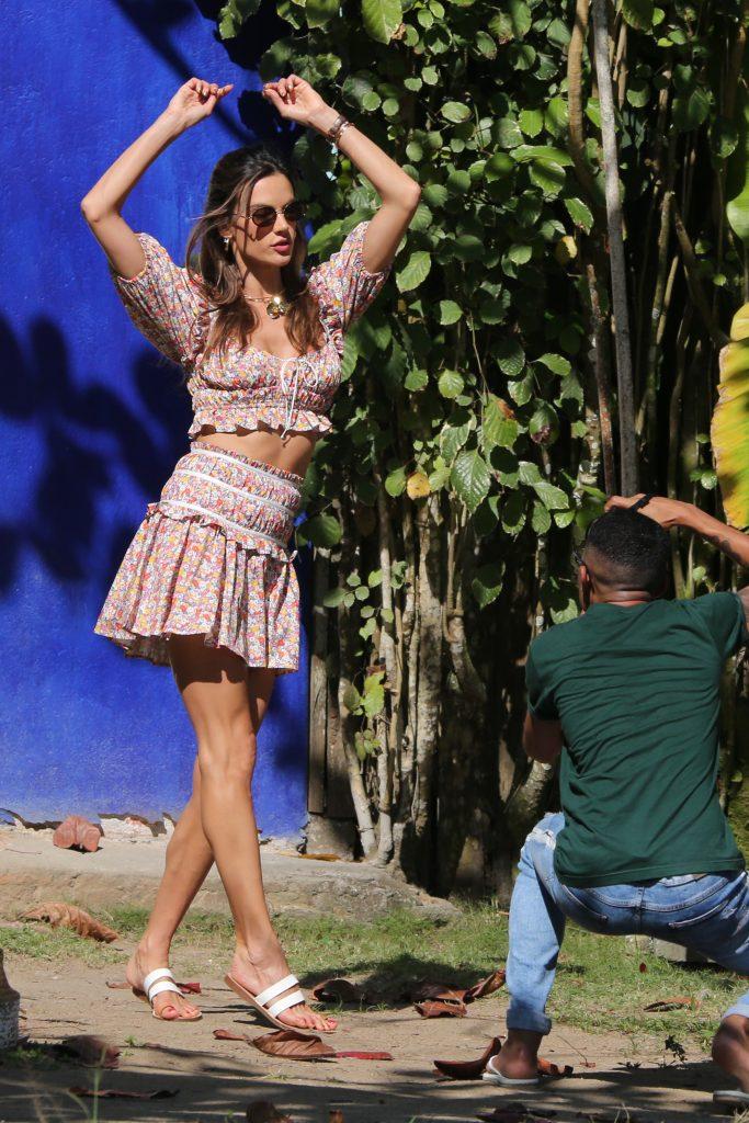 Alessandra Ambrósio veste conjunto junino em ensaio