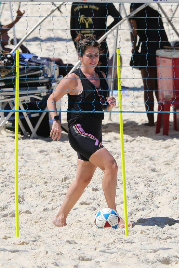 Giovanna Antonelli pega pesado em treino funcional na praia