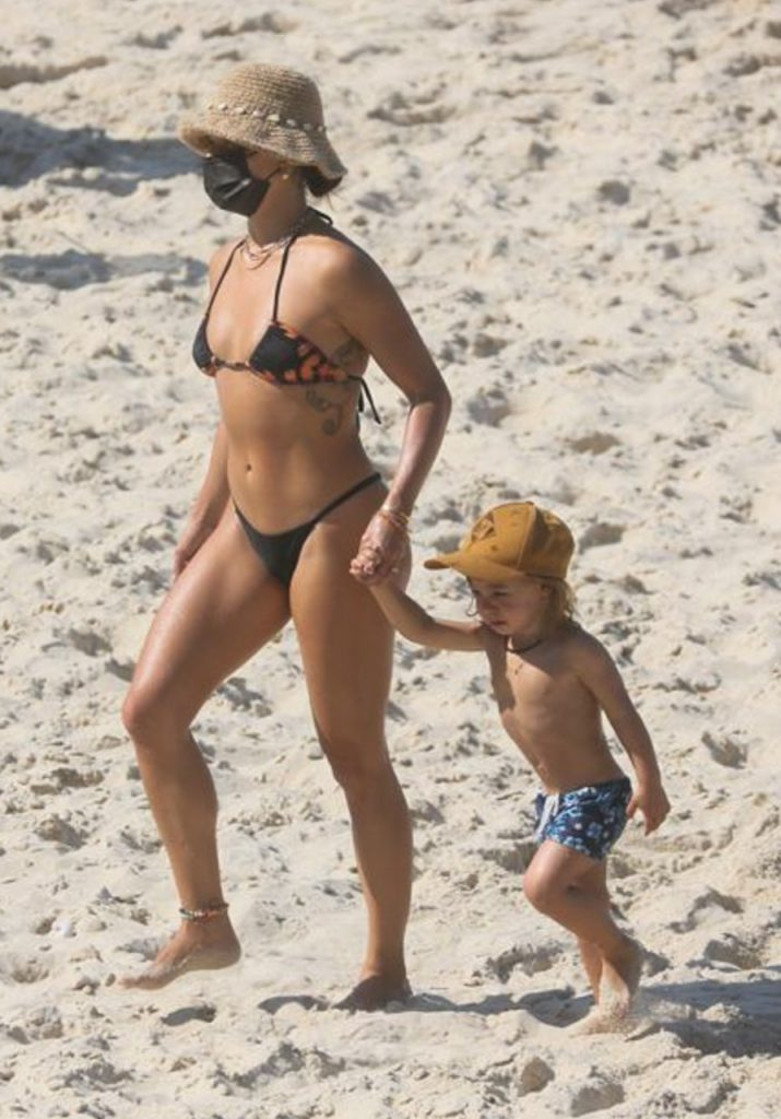 Isis Valverde exibe corpão em dia de praia ao lado do filho
