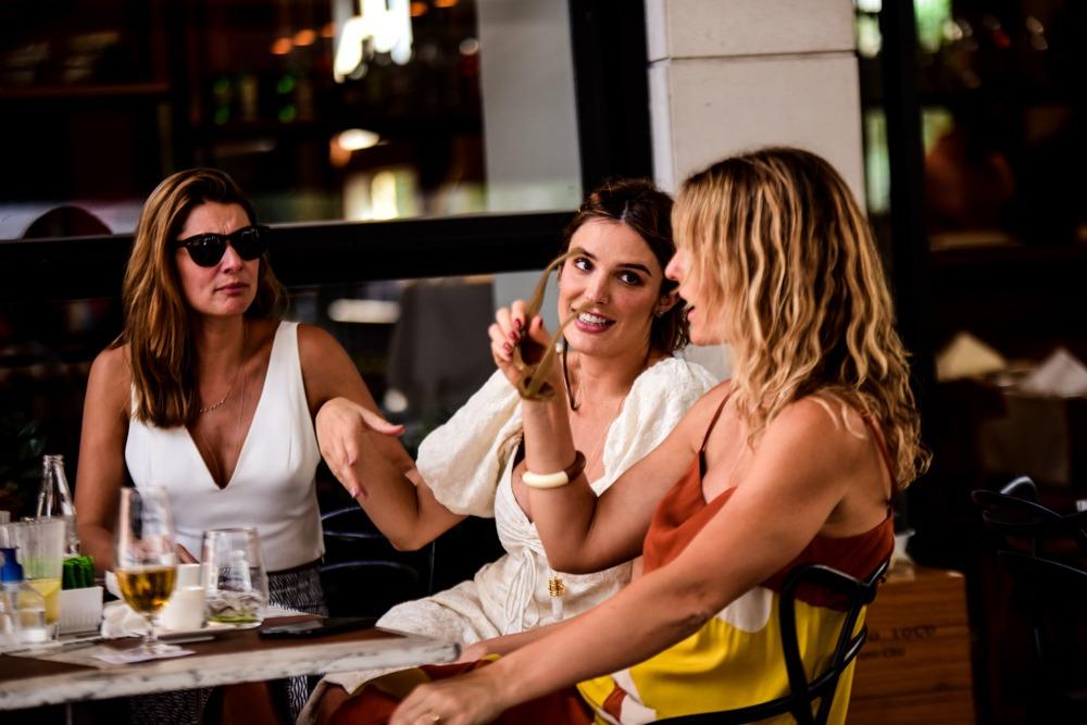 Grávida, Rafa Brites é vista em restaurante com amigos