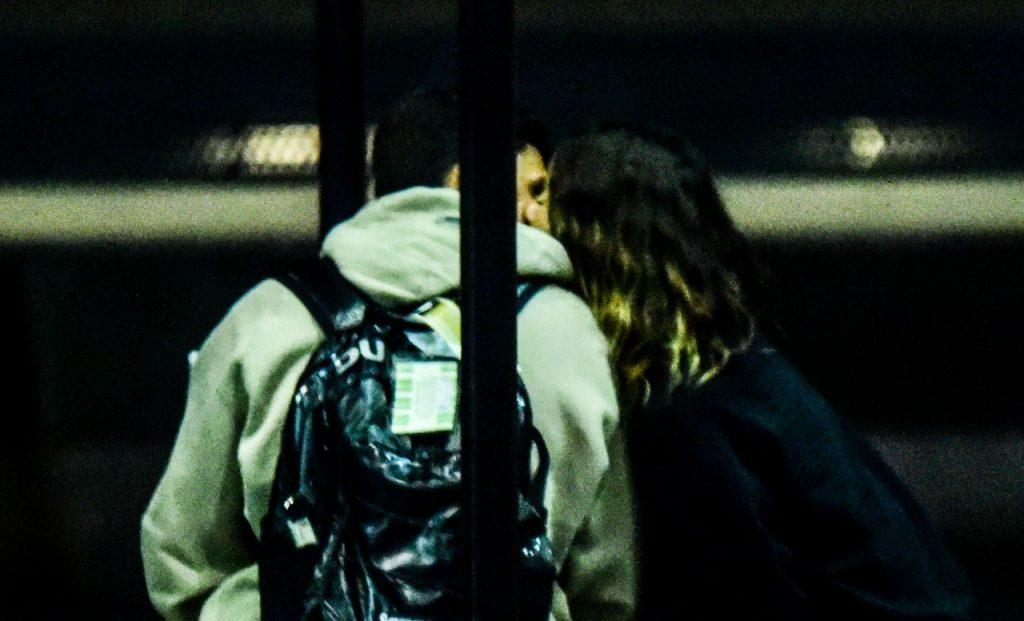 Flagra! Giovanna Lancellotti é vista trocando carícias com novo namorado