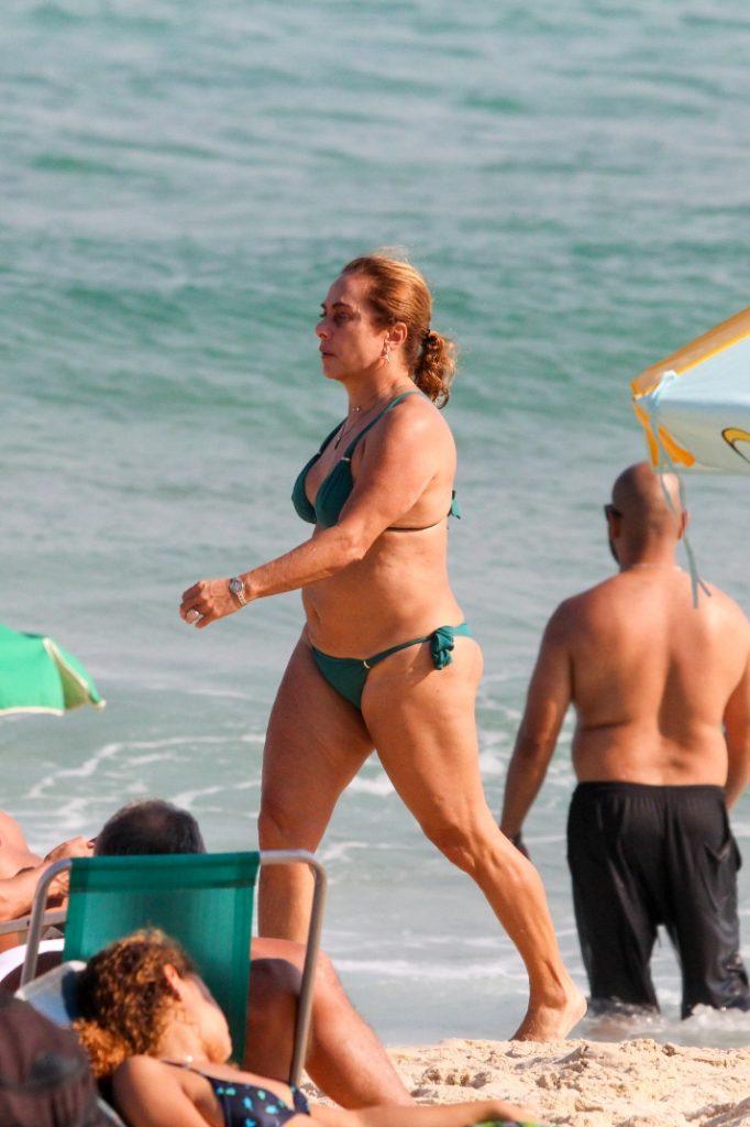 Aos 64 anos, Cissa Guimarães curte praia de biquíni no Rio
