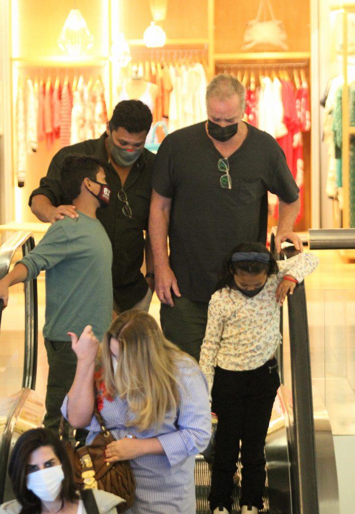 Luiz Fernando Guimarães é flagrado em momento raro com marido e filhos