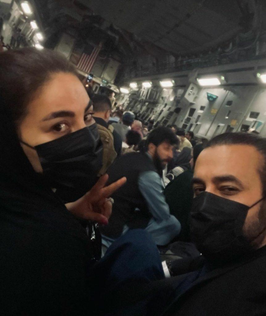 Popstar do Afeganistão mostra fuga do país em avião de carga americano