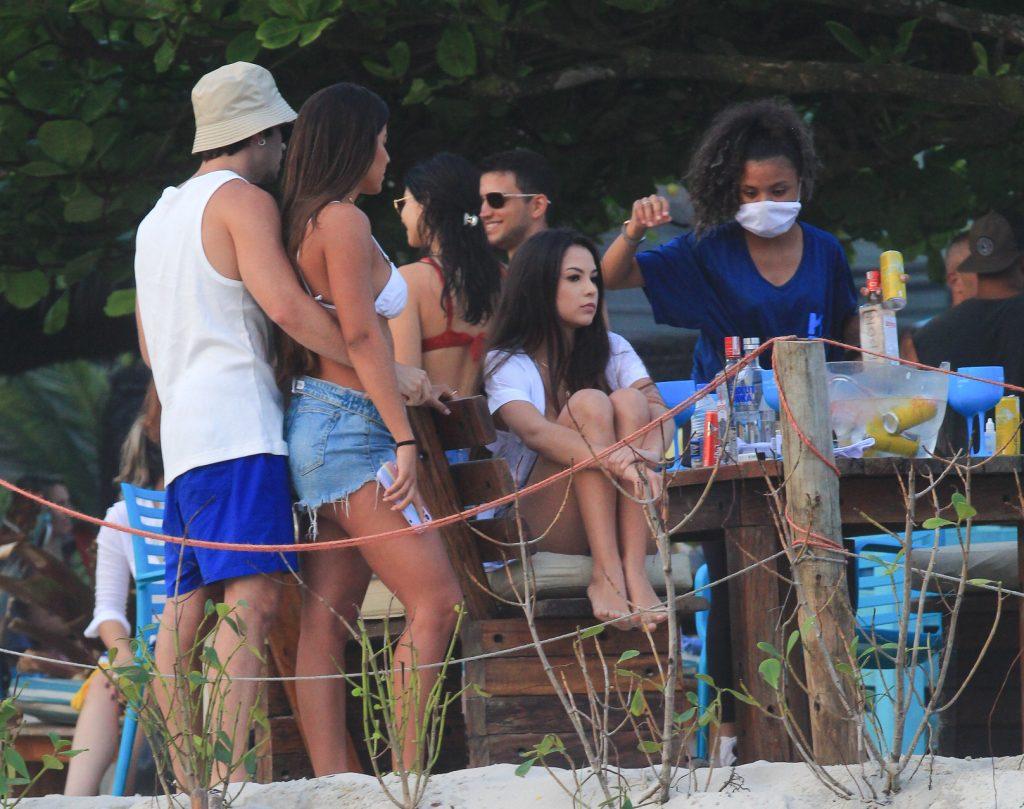 Hariany Almeida curte dia de praia e beijos com ator