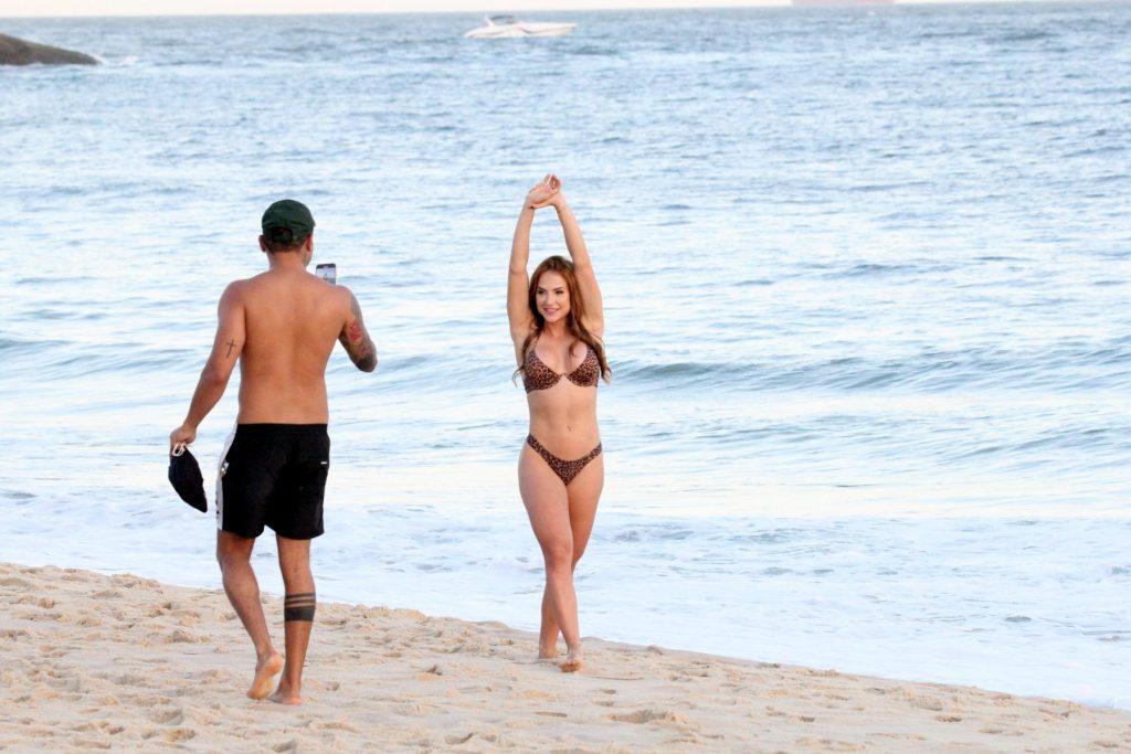 Gabi Martins e Tierry trocam beijos apaixonados em praia
