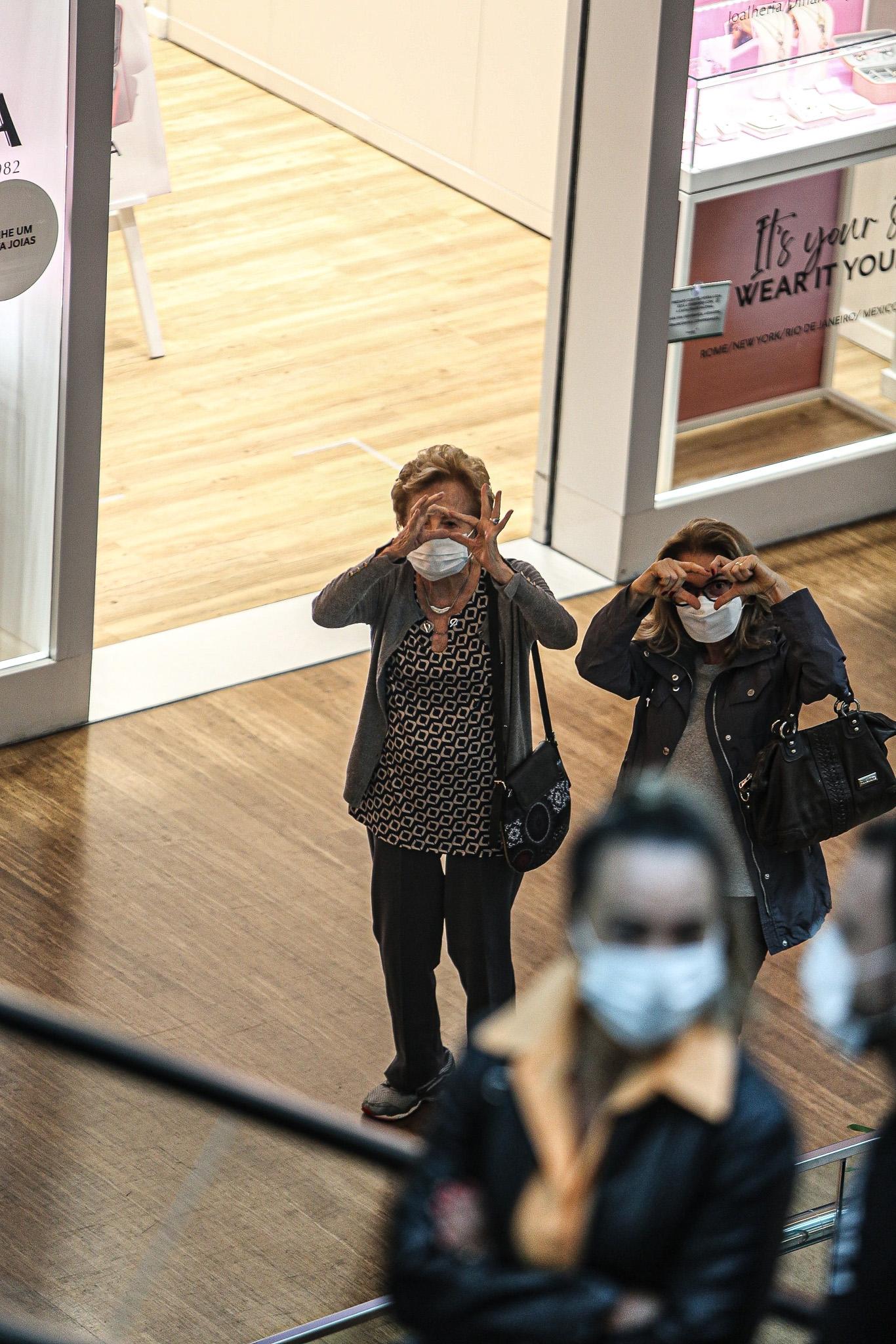 Glória Menezes esbanja fofura e simpatia durante passeio em shopping