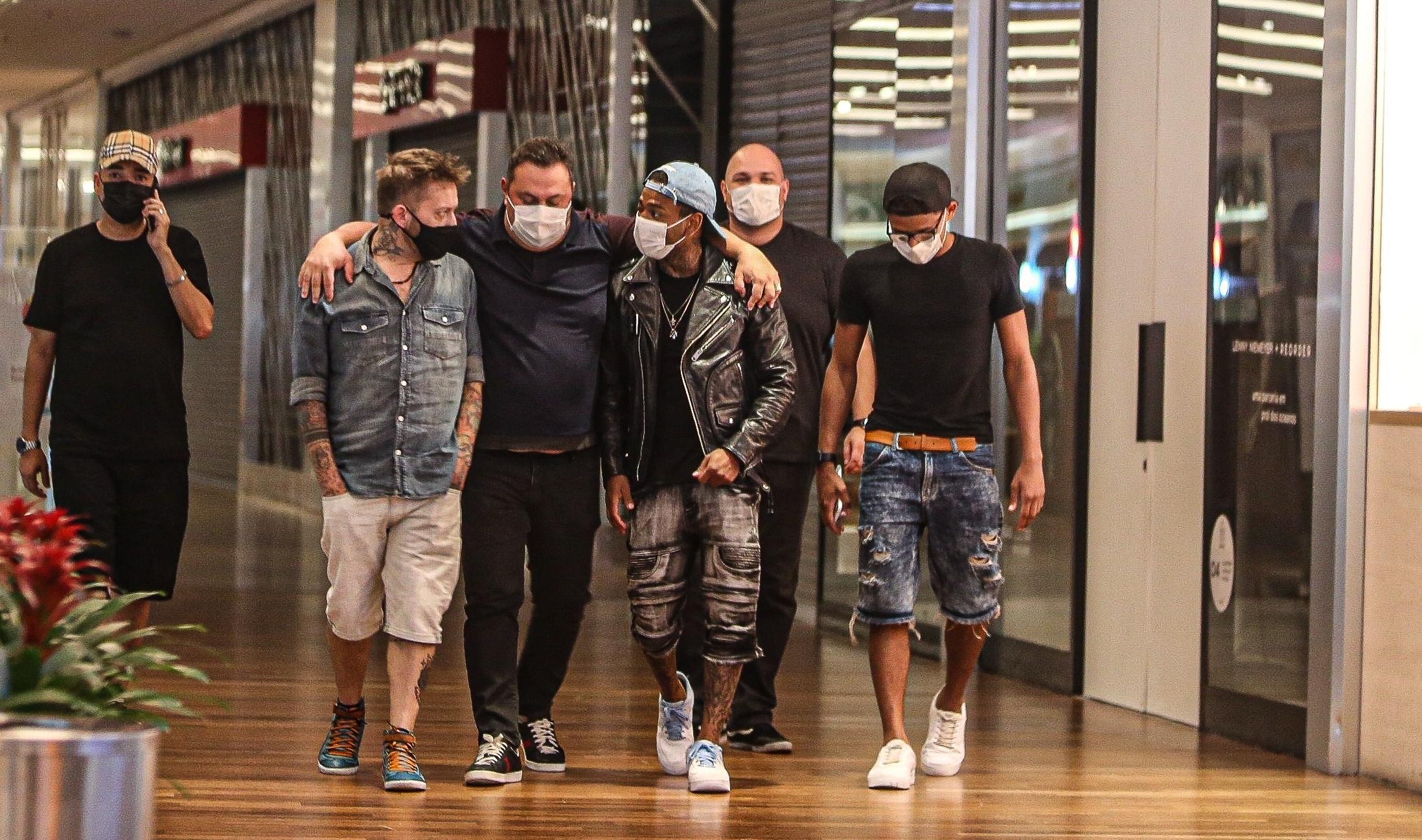 Nego do Borel é flagrado em shopping após expulsão de 'A  Fazenda'
