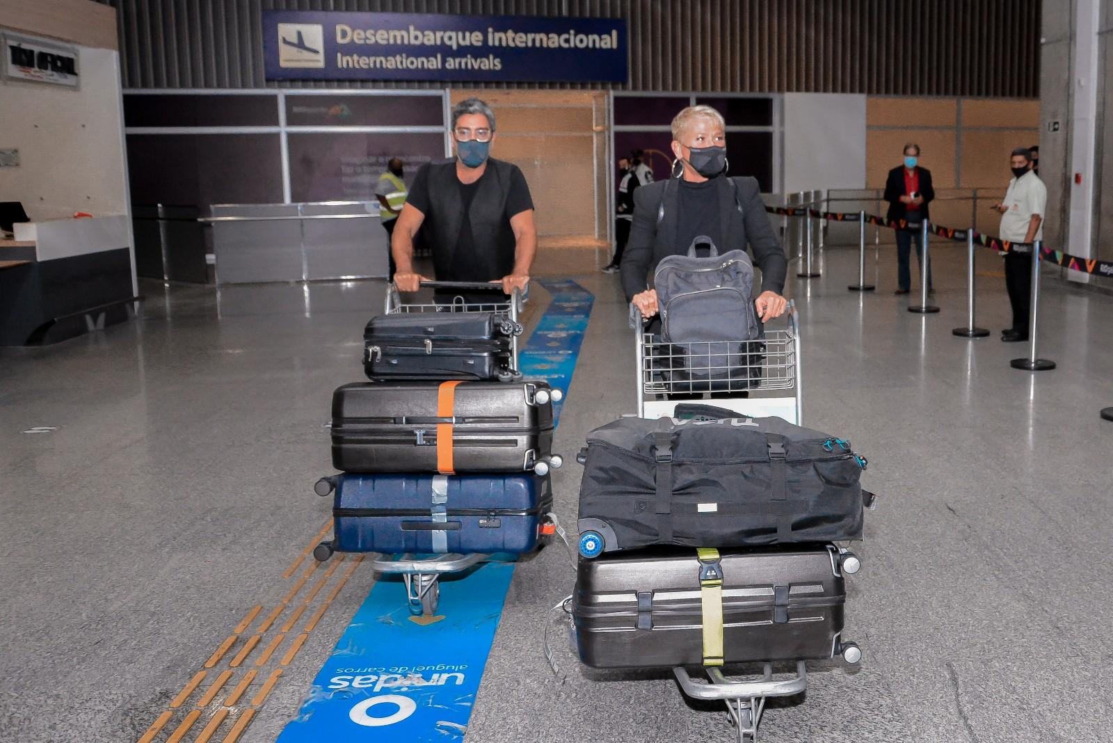 Xuxa e Junno desembarcam no Brasil após viagem à Aruba