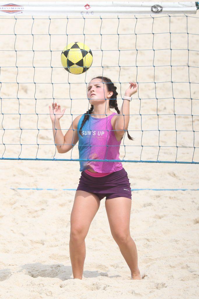 Larissa Manoela se refresca no mar após treino na praia