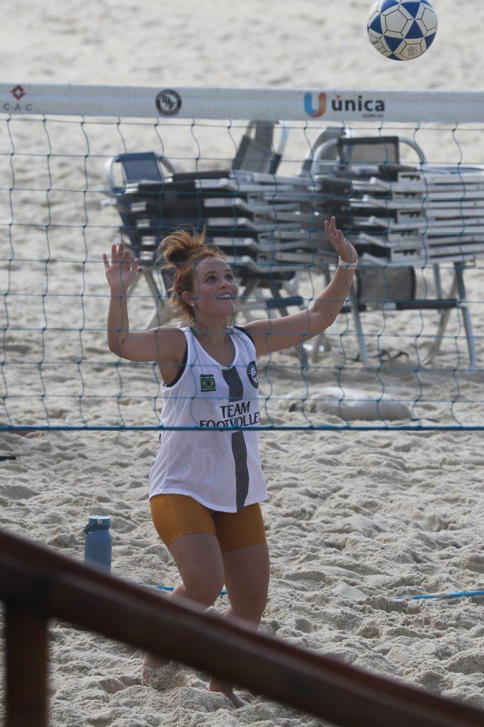 Larissa Manoela joga futevôlei e se refresca em dia de praia