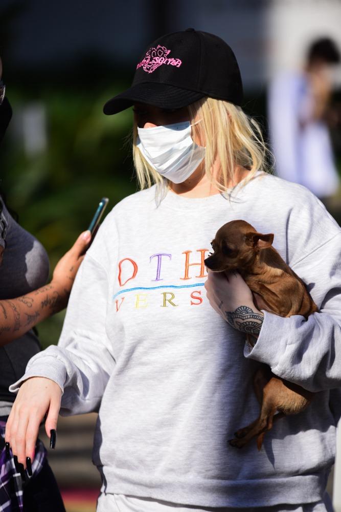 Luisa Sonza deixa estúdio com sua cachorrinha e presenteia fã