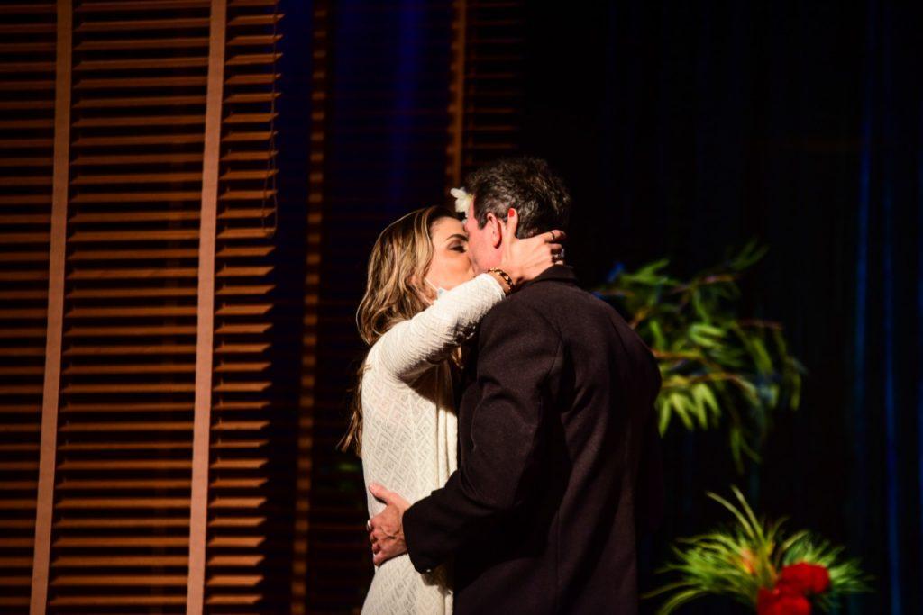 Guilherme Chelucci se declara para Ellen Rocche no teatro