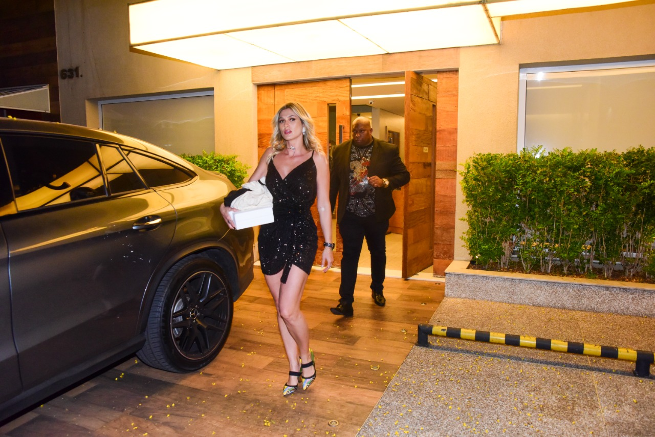 Livia Andrade é flagrada com guarda-costas em São Paulo