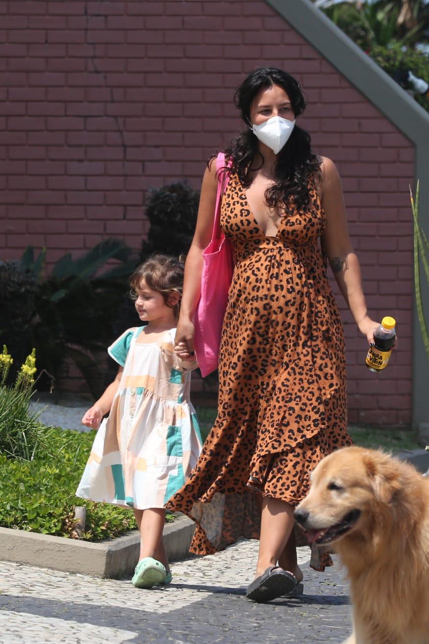 Grávida, Yanna Lavigne passeia com filha no Rio de Janeiro
