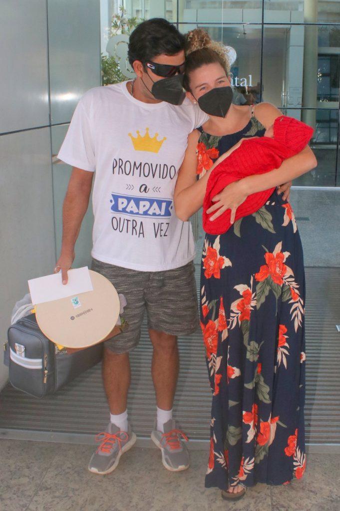 Debby Lagranha deixa maternidade com o filho, Arthur, nos braços