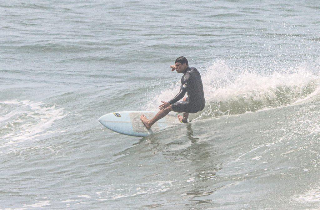 Medo de cancelamento? Cauã coloca máscara enquanto sai do mar