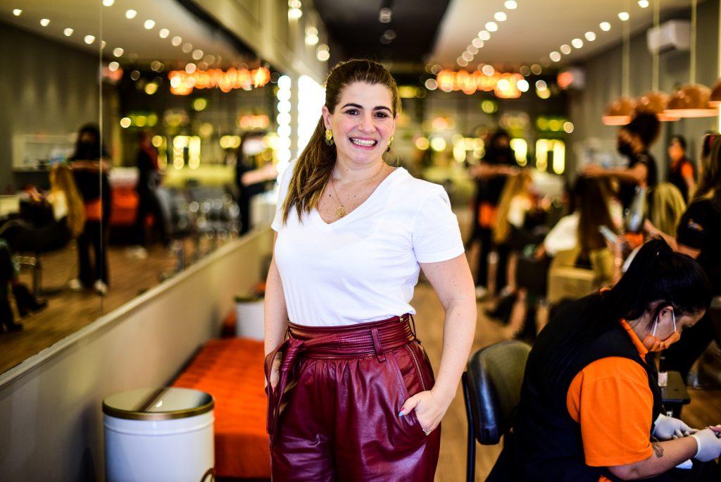 """Empresária explica tendência """"Dry Bar"""" com salões de cabeleireiro express"""