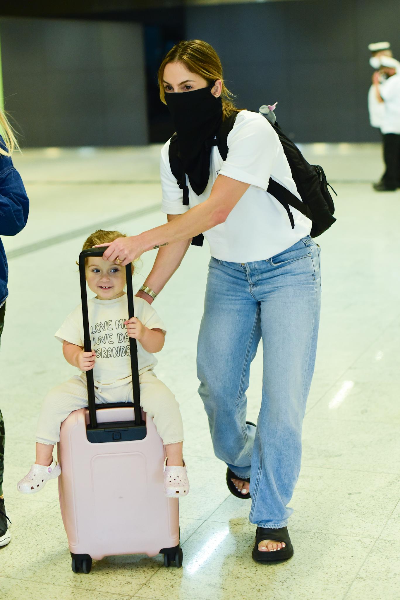 Filha de Claudia Leitte rouba a cena ao desembarcar com a mãe no Brasil