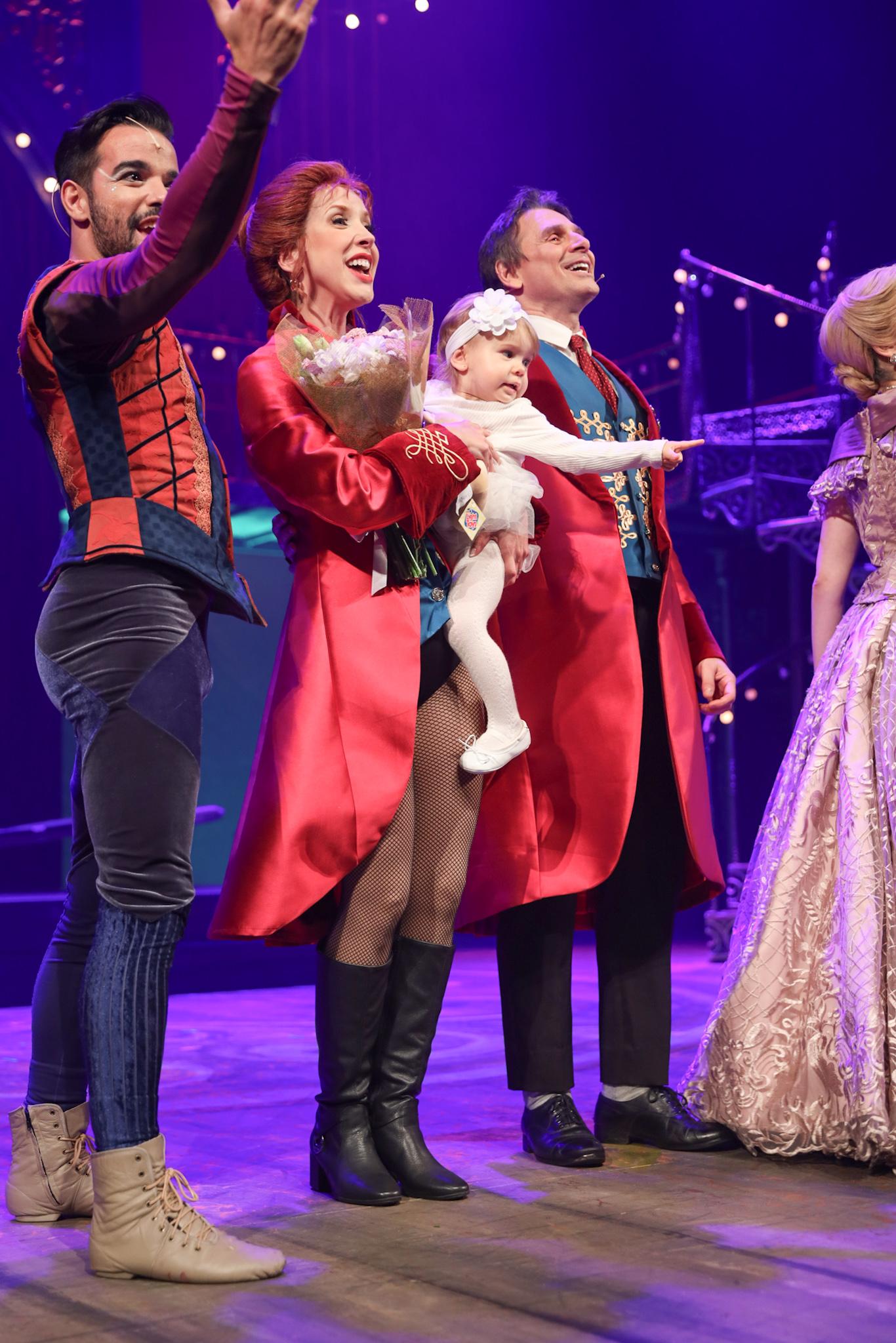 Fofura! Kiara Sasso recebe a filha de 1 ano em estreia de musical