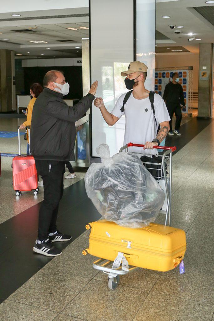 Filho de Bianca Andrade e Fred rouba a cena em aeroporto