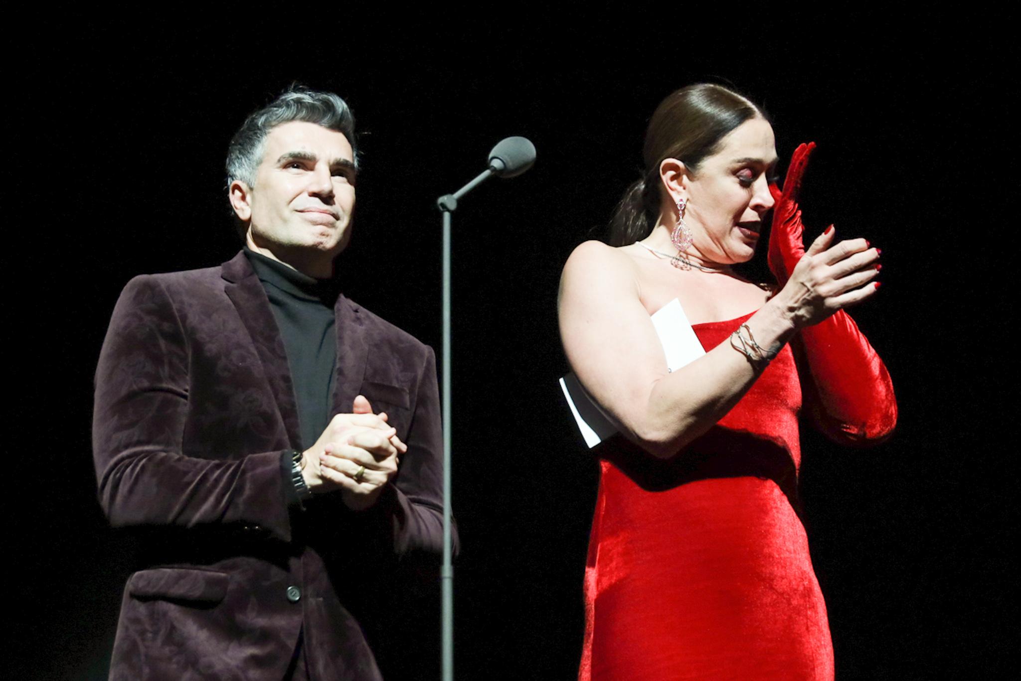 Claudia Raia se emociona e chora em homenagem à Tarcísio Meira no Prêmio Bibi Ferreira