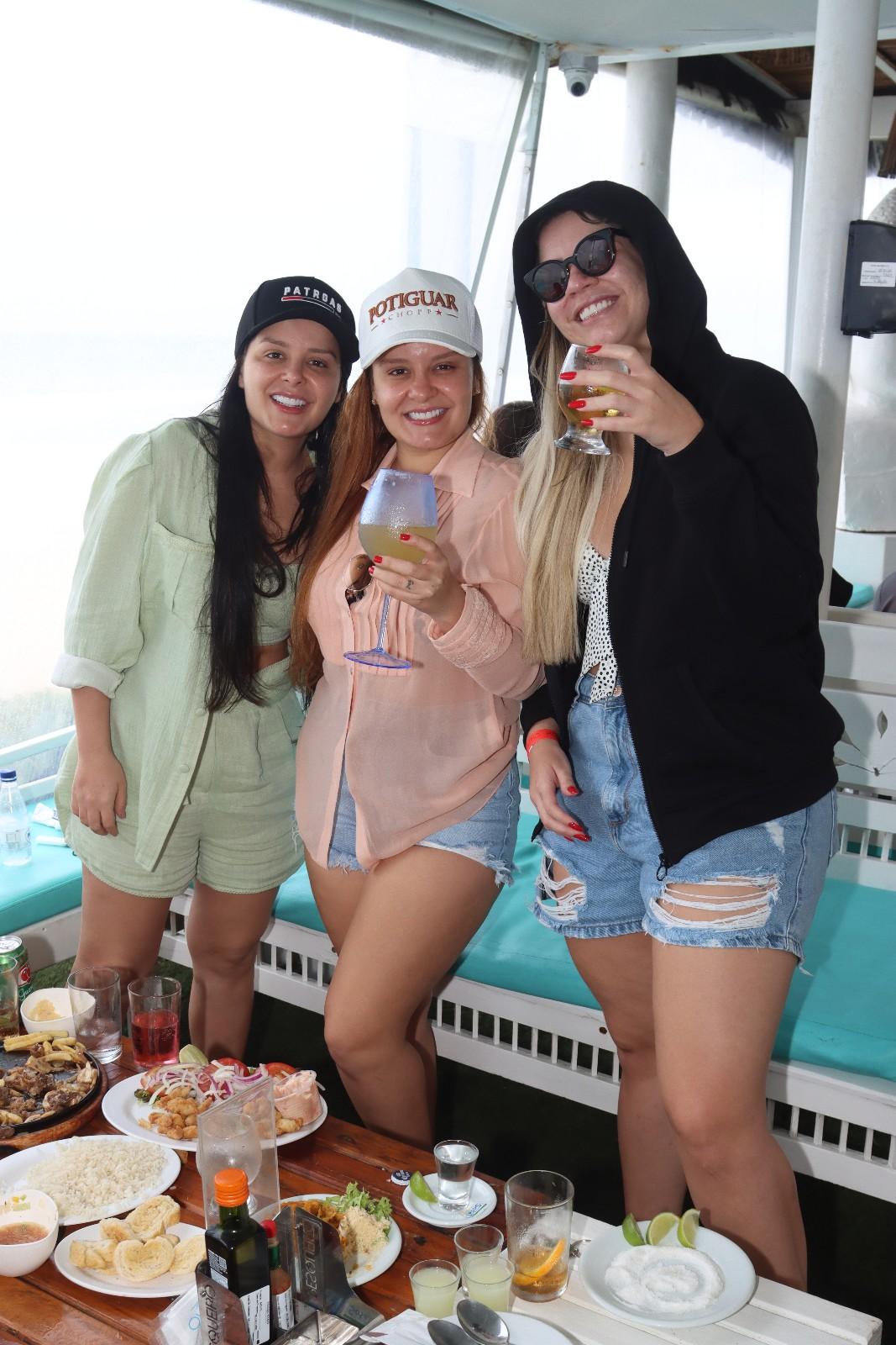 Maiara, Maraisa e Marília Mendonça bebem e curtem juntas em quiosque de praia