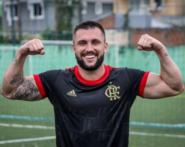 Ex BBB Arthur Picoli estreia no Flamengo com gol