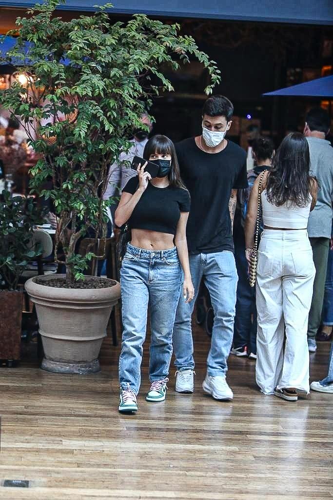 Após reatar, Thais Braz passeia com namorado no Rio de Janeiro