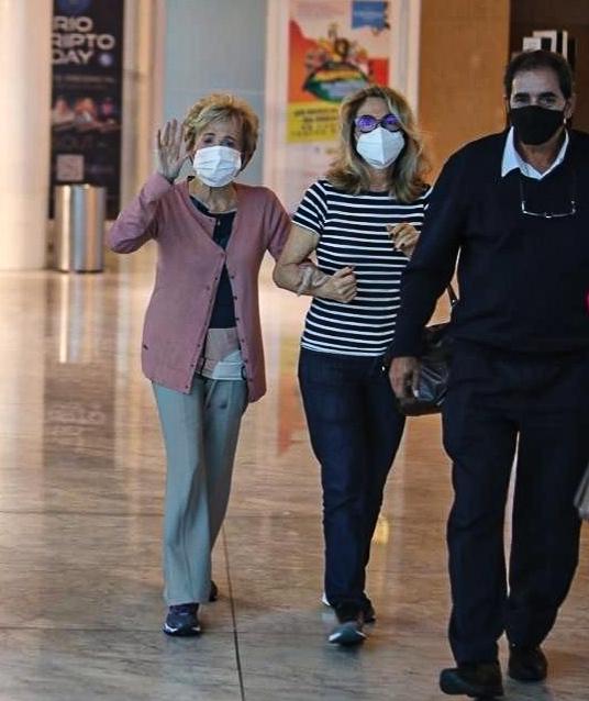 Glória Menezes mostra simpatia ao ser flagrada em shopping