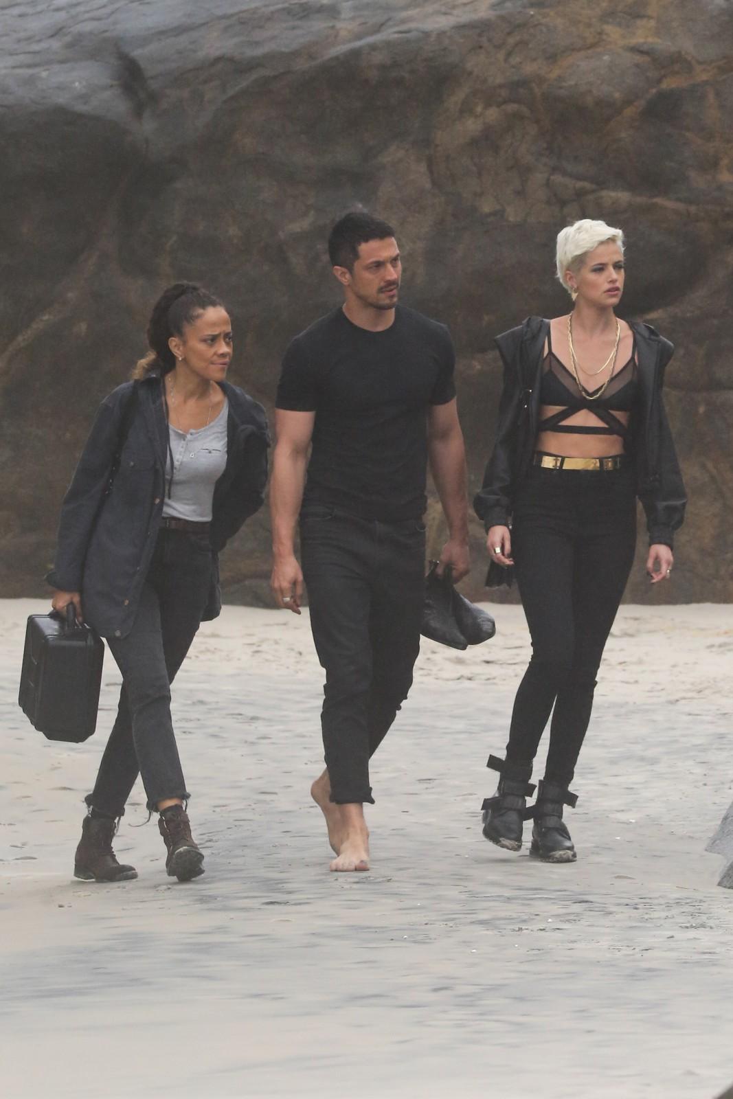 Agatha Moreira e Romulo Estrela gravam cenas de 'Verdades Secretas 2' em praia