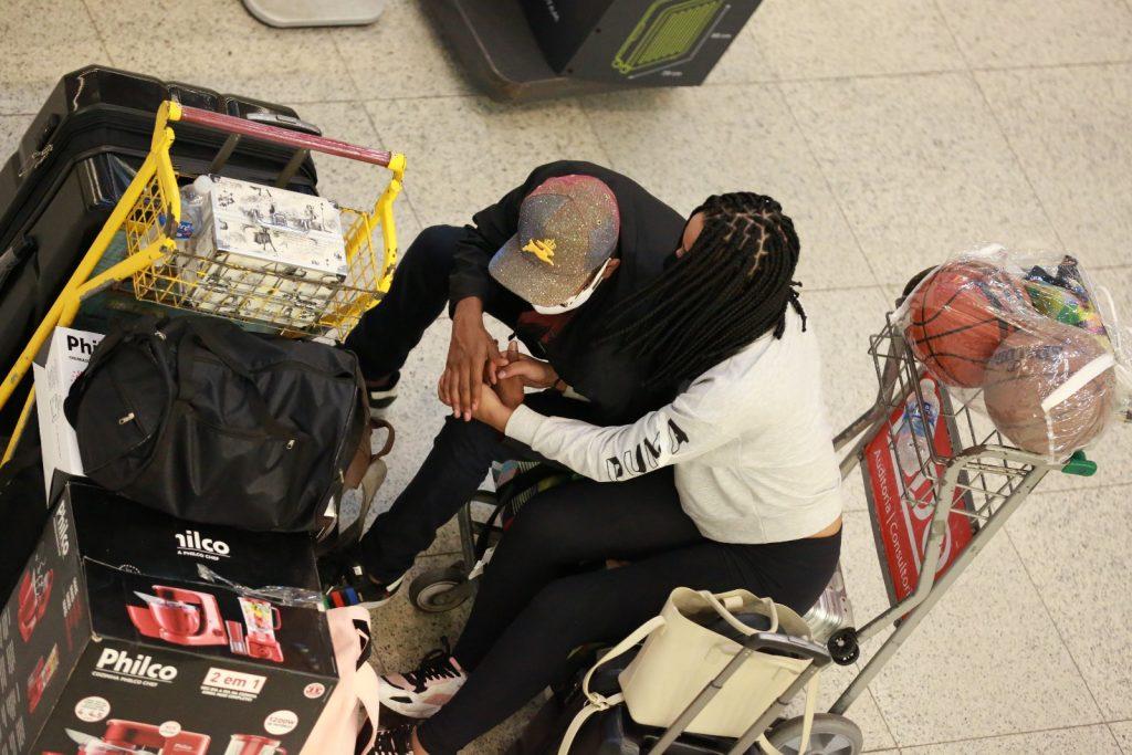 Lucas Penteado chora em aeroporto após suposta traição