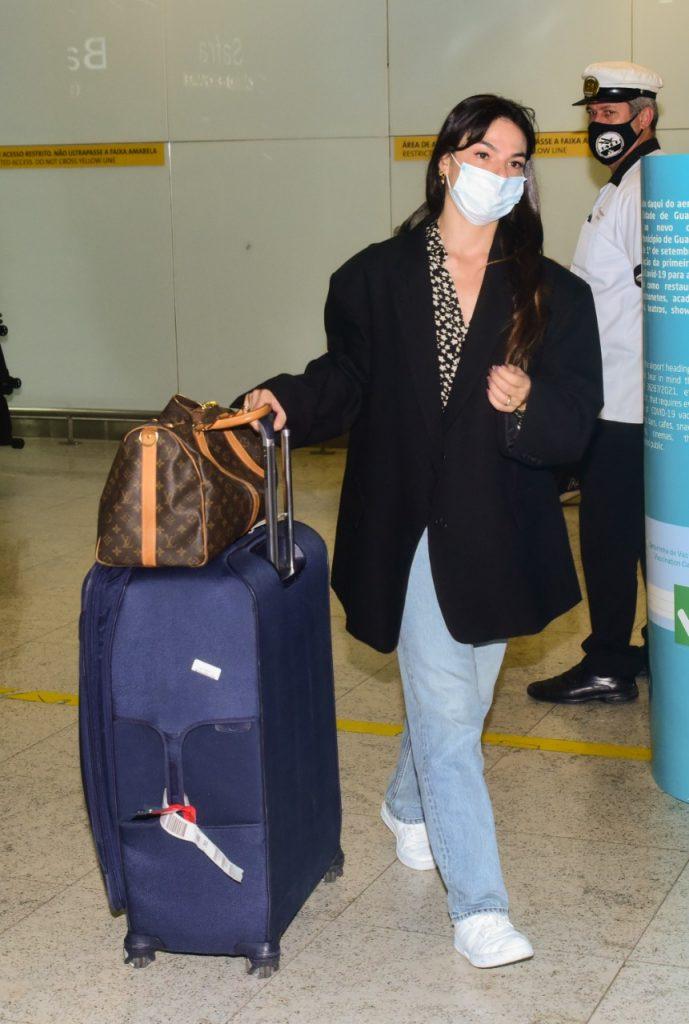 Isis Valverde retorna ao Brasil após Semana de Moda de Paris