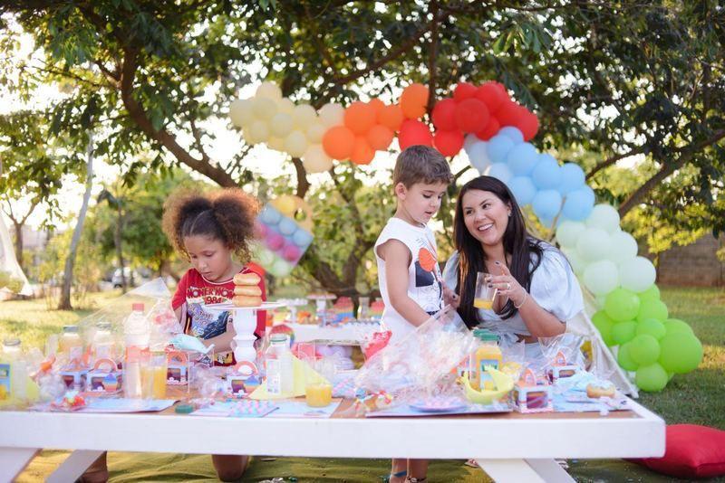 Natália Toscano comemora Dia das Crianças com piquenique especial