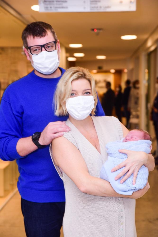 Luiza Possi deixa maternidade com filho Matteo nos braços