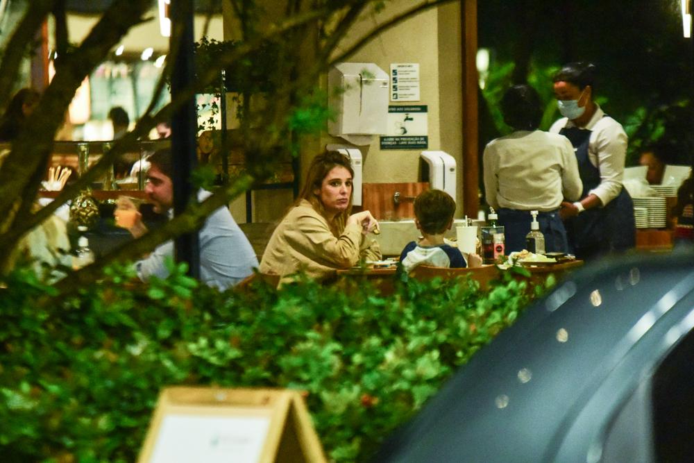Grávida, Rafa Brites é flagrada em restaurante com Felipe Andreoli e Rocco