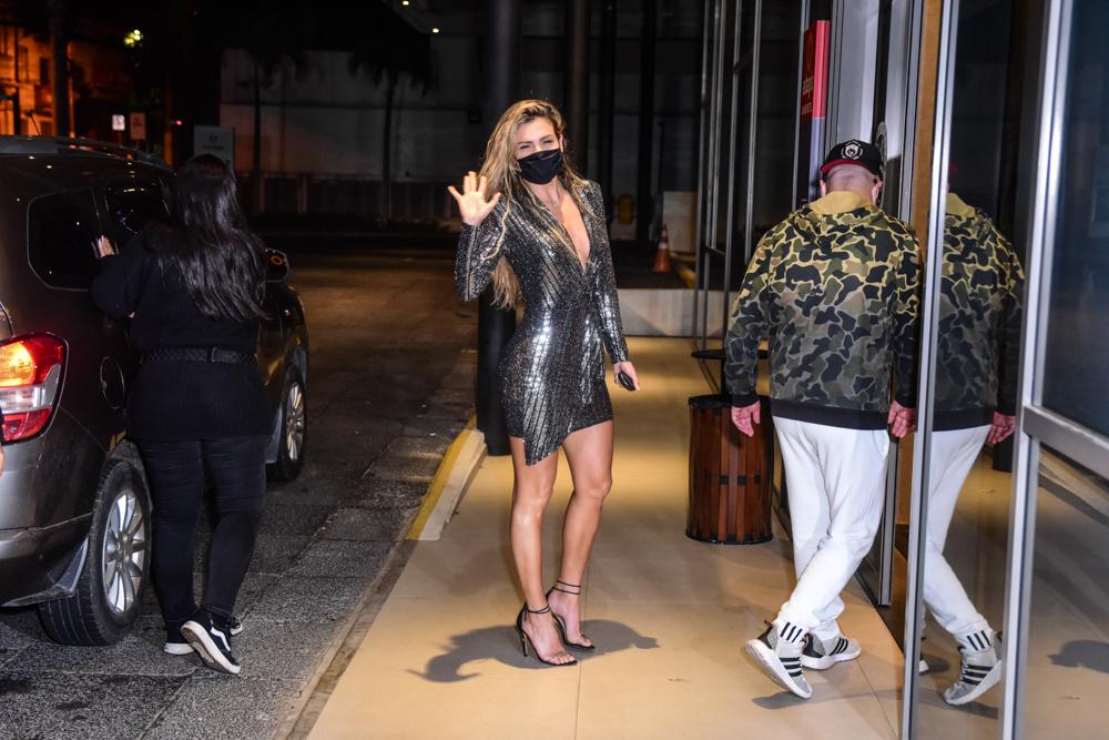 Erika Schneider chega em hotel após eliminação de A Fazenda