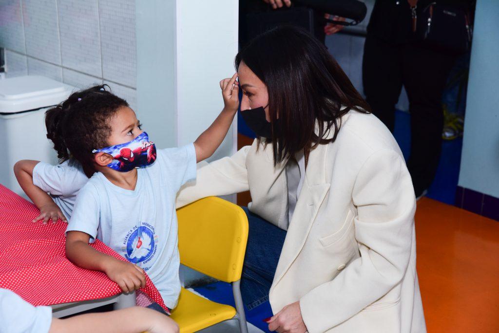 Sabrina Sato entrega presentes em ação de Dia das Crianças
